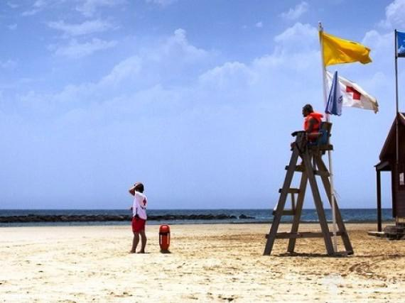 What does the colour of a flag on Spanish beaches mean?